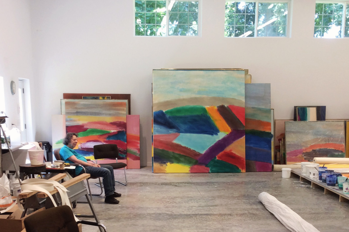 A photo of Ronnie Landfield in his studio