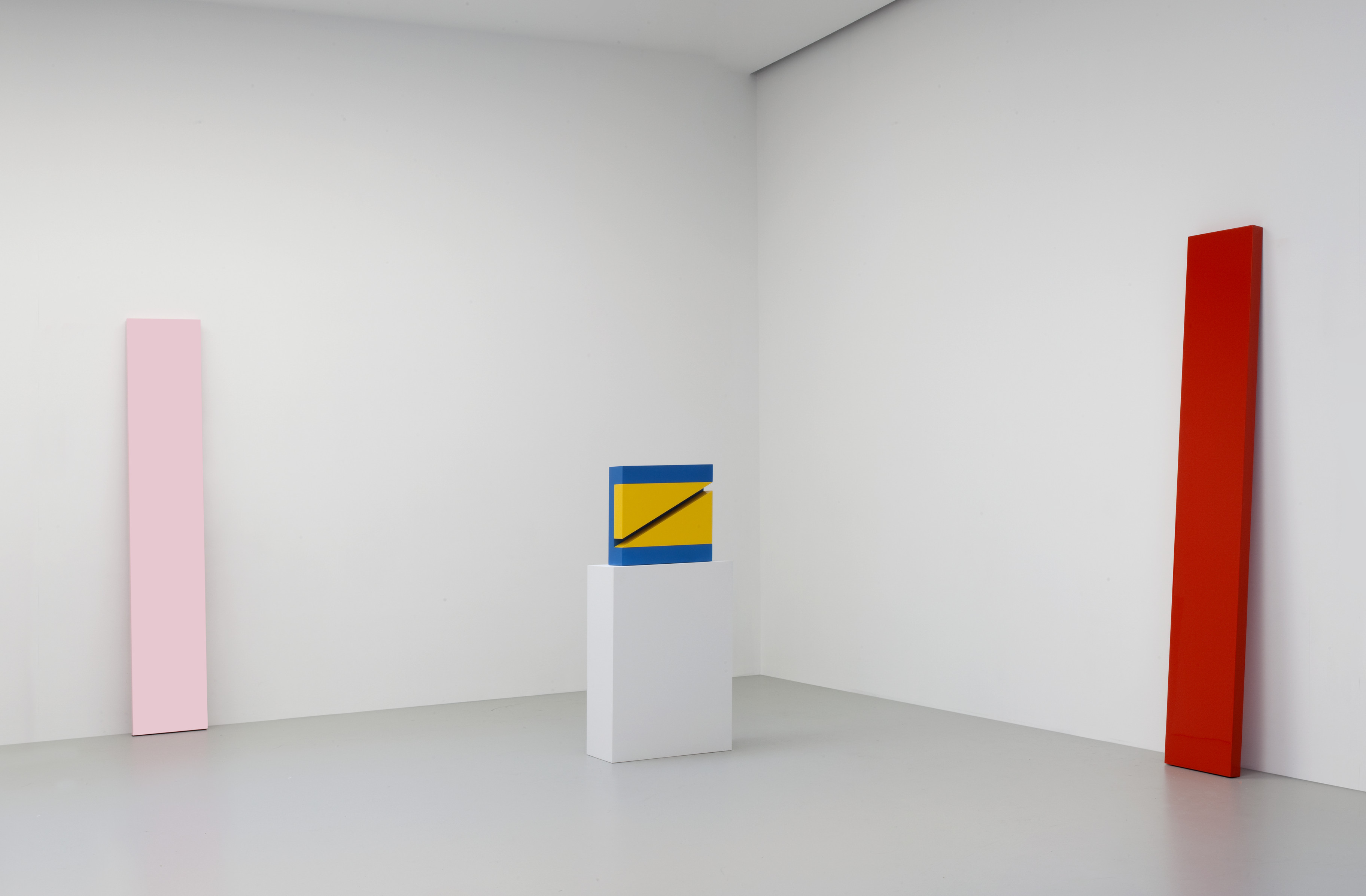 John McCracken, Installation view of the 2010 group exhibition Primary Atmospheres: Works from California 1960-1970 at David Zwirner, New York, © The Estate of John McCracken Courtesy David Zwirner, New York/London